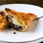 自家焙煎珈琲 森の響 - サクッと、アツアツをどうぞ!!小倉あんにクリームチースの相性がバッチリ。アーモンド入りメイプルシロップをかけてお召し上がりください。