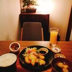 獅子丸 - ★★★★とり天定食 1000円 とり天は柔らかく美味しいのに生醤油で食べさせるという押し付け感が残念!生醤油では美味しくない。ドリンクバーにコーヒーが無いのは大きなマイナス。