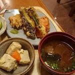 きっちん 灯り - 小鉢、野菜の天ぷら、味噌汁