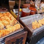林田のおせんべい - その場で食べられる串に刺さったおせんべい