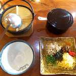 116766587 - けいはん(¥1100)。お櫃に入った白飯、具材、スープが別々に届きます