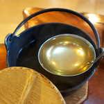 116766602 - 黄金色に澄んだ鶏スープ。鶏をしっかり運動させると骨が硬化し、煮出しても白濁しない綺麗なスープが取れるという