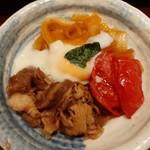116773772 - 程よいサシが入った柔らかな和牛に、甘辛い割り下がしみ込む玉葱、トマトの酸味が個性的なハーモニー