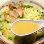 116774705 - スープは乳化しており、非常にまろやか。荒々しい豚骨とは全く異なり、柔らかいがクセになる味