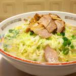 116774707 - 小間切れの黒豚チャーシュー、その下にはたっぷりの「千切りキャベツ」。これがスープに絡み、独特な味わいを見せる
