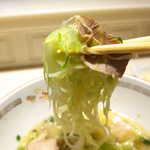 116774713 - 千切りの茹でキャベツと小間切れのチャーシューが、麺に絡む。これぞ、こむらさきの味である