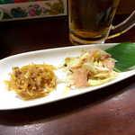 喜多八  - 生姜のきんぴら、島らっきょうのおかか和え。甘辛く味付けた生姜の風味と、島らっきょうの強烈なパンチで、ビールがすすむ