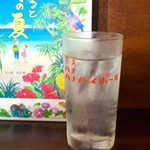 喜多八  - 2杯目は地元の酒・黒糖焼酎を水割りで。龍郷町・奄美大島酒造の「じょうご」