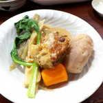 喜多八  - 料理写真:塩豚と野菜の炊合せ。奄美の伝統的な正月料理、塩豚の旨味が煮物全体に染みわたり、見事なまでの美味しさ!