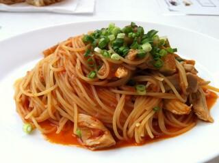 オッティモ・シーフード・ガーデン 新宿店 - 鶏肉と根菜のスパゲッティーニ アラビアータ 青葱のせ