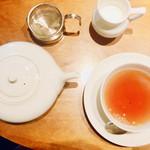 丸山珈琲 - ダージリン 添えのミルクも熱々です!