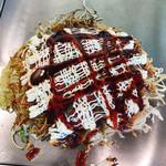 お好み焼き 八昌 - 追いソース&たっぷりマヨネーズ、一味唐辛子をかけてから食べます。(2019.9 byジプシーくん)