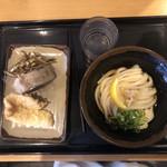116804646 - 冷ぶっかけうどん小・かれいの天ぷら・牛めしおむすび・サービスのイリコの佃煮
