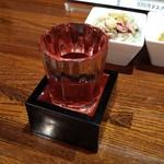 屋台ラーメン た紅 - ドリンク写真:日本酒300えん(廃止のもよう)。冷やはもっきりでぇ。文字通りもりこぼれるサーヴィスにも脱帽。