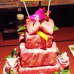 やきにくや - 肉ケーキ。詳細はFacebook、Instagramにて