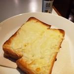 116808902 - スパイシーチーズトースト、コーヒーマサラをかける前。