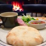 Hakone Bakery Dining&Bar - 箱根モーニングセットと暖炉
