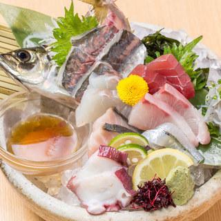産地直送の鮮魚の刺し盛りや名物イカの活き造り!