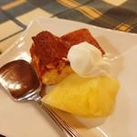 ピッツェリア ラポルタ - ピッツァランチはサラダ又はデザート付き、バスク風ベイクドチーズケーキとパイナップル