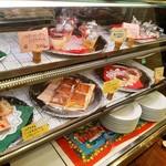 ピッツェリア ラポルタ - 店頭のショーケースには、バスク風チーズケーキやティラミスなどテイクアウト販売のデザートが