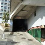オステリア パーチェ - 駐車場入り口⇒暗くて狭くてC難度