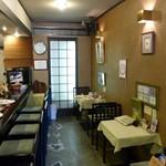珈琲の観世 -  店内(カウンターとテーブル)