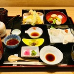 美味心 秀峰 - 秀峰湯葉弁当    湯葉刺しの他、煮物、天ぷらにも湯葉が入ってます。食感の違いをお楽しみください。