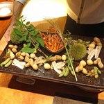 東山 吉寿 - 季節を感じる八寸  毬栗(イガグリ)の中には 塩茹で落花生、丹波の焼き栗、丹波の紫ずきん(枝豆)、月見団子(うずら玉子)、鱚の風干し、川海老の唐揚げ