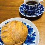 116865746 - 朝食にぴったりなシンプルなパン。