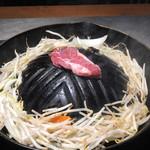 ジンギスカン羊羊亭 - 生ラムランプ肉を焼いている時間。いい香り〜♡