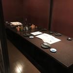 あし跡 - 各テーブルは個室及び個室風にロールスクリーンで仕切られています(2019.10.4)