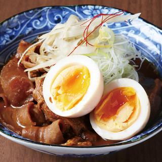 低温調理法を使った「牛スジ味噌煮込み」など、様々な料理を提供