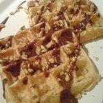 Cafe typique - 玄米ワッフル・2月のトッピングは「キャラメルナッツ&チョコレートソース」