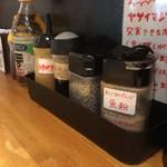 麺や 久二郎 - 卓上調味料