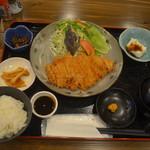 奄美大島料理 かめ - とんかつの美味しさはもちろん、ピーナツの豆腐やパパイヤ漬をお楽しみください。