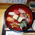 116942996 - 寿司桶に入ったちゃんとした寿司ランチ。