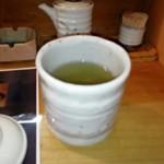 116942998 - でかい湯呑みでお茶を飲むと、寿司屋に来たなー感がしてうれしい。