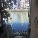鮨 さかい - お店の近くの川端