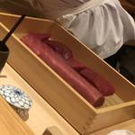 鮨 さかい - マグロのネタケース