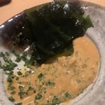 鮨 さかい - 残った鮟肝ポン酢ソースはワカメで一滴残さず絡めとります