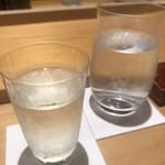 鮨 さかい - 日本酒に切り替えます。ポヘミアングラスで