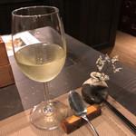 新上屋 - 先ずは白のグラスワインを