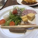ガーデン ダイニング - 朝食ビュッフェ3500円(総額)。温野菜、ハーブウインナーなど。左手の可愛い白と赤のボール状のものが、手毬寿司です。どちらもそれなりの味ですが、嬉しい品揃えです(^。^)