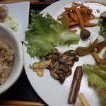 玄米ハウス ひろ作 - 発酵発芽小豆入り玄米ごはんと香の物は3種