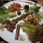 玄米ハウス ひろ作 - 大皿に自然農法の季節野菜色々!生野菜や漬け込まれたやつなど色々のってます!