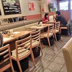 ビストロ K - 店内のテーブル席の風景です