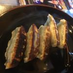 万々 - 料理写真:手作り餃子350円なり