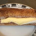 ザ・サンドイッチスタンド - *ロースハムとカマンベールチーズ入り。 パンは少し噛み応えのある食感ですが、これも好み。 カマンベールがたっぷり入っているのがいいですね。