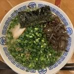 まるきんラーメン - とんこつラーメン(ネギ、キクラゲ追加)