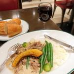 オー バカナル - 牛肉とキノコのクリーム煮込みランチ1,800円、ハウスワイン赤550円